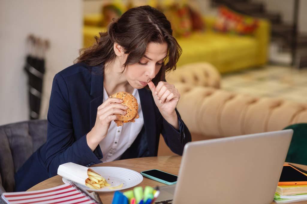 Девушка ест на работе, как убрать стрессовый живот